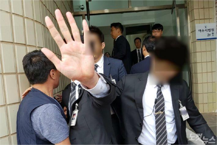 법원 측이 여수시법원 청사 내에서 진입 등을 통제하고 있다(사진=독자제공)