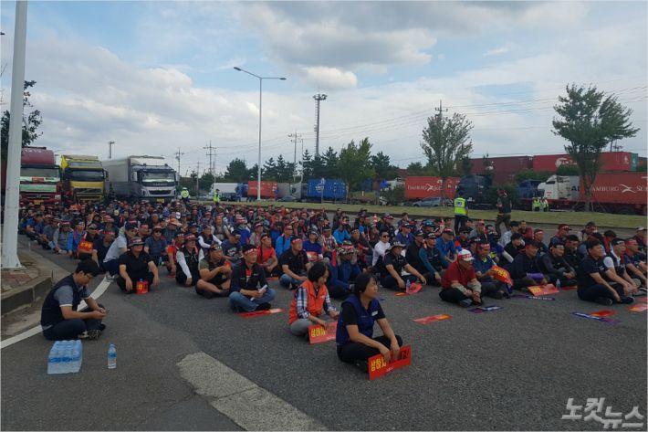 광양항 화물 노동자들이 컨테이너 차량을 멈춰세우고 근무 환경 개선을 촉구하고 있다.(사진=최창민 기자)