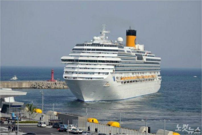 지난 5월 11일 속초항에 도착한 대형크루즈 코스타 세레나호. (사진=속초시청)