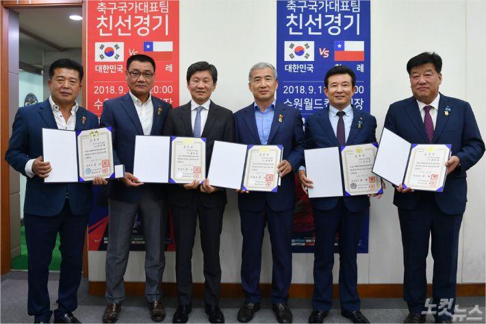 전북축구협회 김대은 회장(사진 왼쪽에서 두번째)이 최근 대통령 표창을 받았다. (사진=전북축구협회 제공)