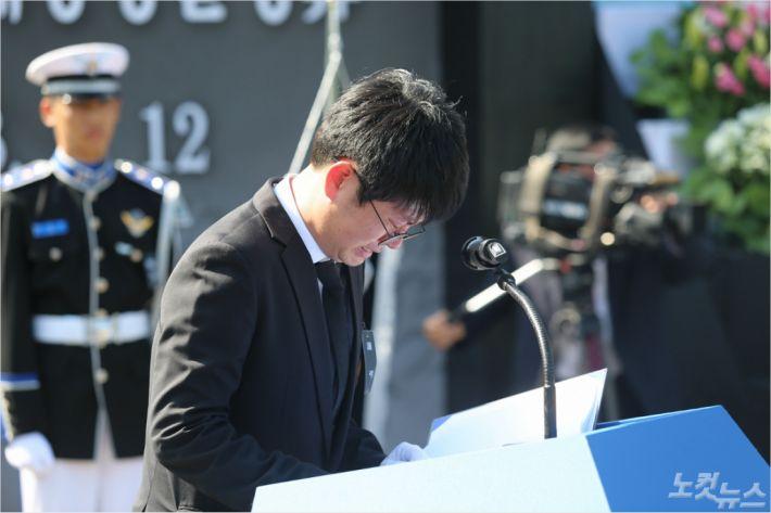 고 박영근 주무관 영결식에서 동료가 울먹이고 있다(사진=여수해경)