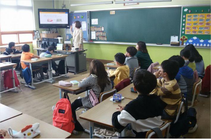 BNK경남은행은 12일 1사1교 자매결연 학교인 중구 삼일초등학교에서 금융교육을 진행했다.(사진 = 삼일초 제공)