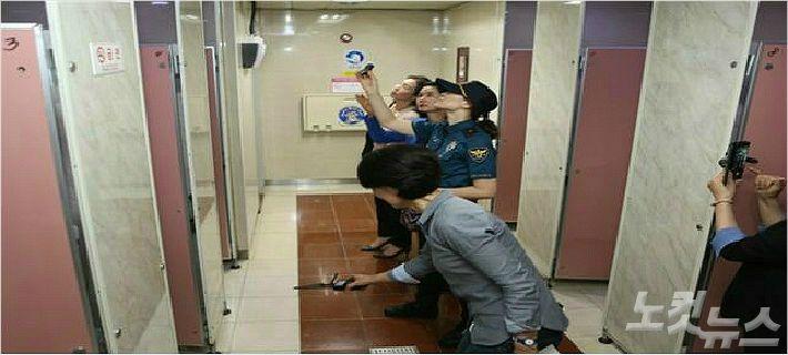 몰래카메라 불법 촬영 방지를 위해 대전시 관계기관 관계자들이 12일 도시철도 대전역 지하역사 여자 화장실을 합동으로 점검하고 있다. (사진=대전도시철도공사 제공)
