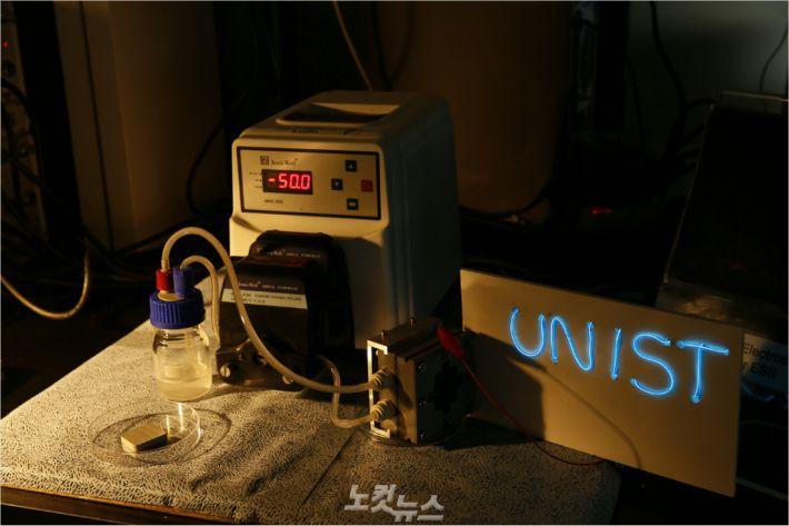알루미늄-공기 흐름 전지가 작동해서 전기를 발생시킨 모습.(사진 = UNIST 제공)