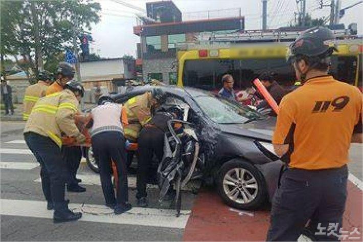 13일 오전 대전시 유성구 구암동 현충원역 사거리에서 트럭과 승용차가 부딪쳐 3명이 병원으로 이송됐다.(사진=독자제공)