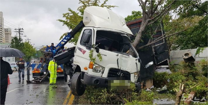 13일 오후 2시 10분 부산 사상구의 한 도로를 달리던 3.5t 트럭이 빗길에 미끄러지면서 인도를 덮쳤다. <사진=부산 경찰청 제공>