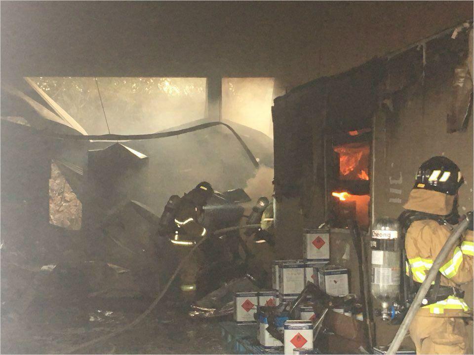 13일 소방당국이 경북 구미의 한 페인트공장에서 발생한 화재를 진화하고 있다. (사진=경상북도 소방본부 제공)