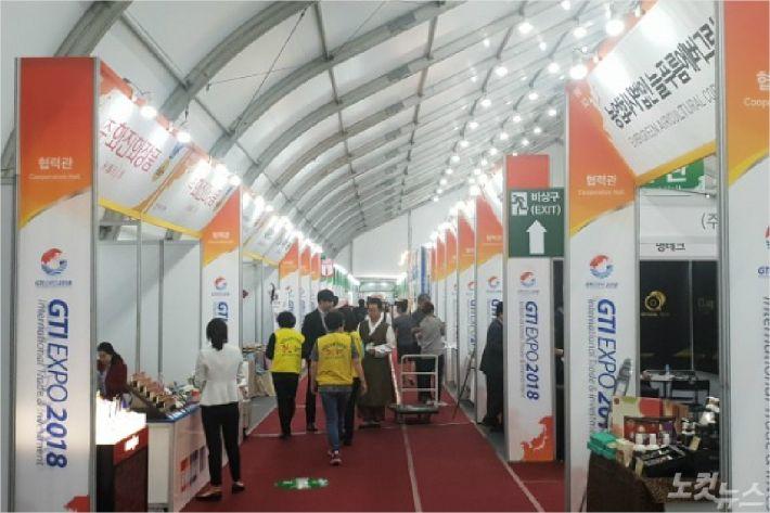 GTI박람회의 성공 개최와 바이어·관람객의 편의를 도모하기 위해 행사장 곳곳에서 자원봉사들의 숨은 활약이 이어지고 있다. (사진=전영래 기자)