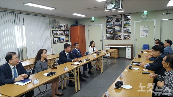 김대지 부산지방국세청장(왼쪽 테이블 가운데)이 동래시장 상인 대표들과 환담을 나누고 있다 (사진 = 부산국세청 제공)