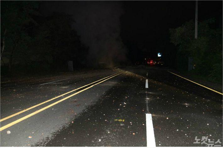 13일 오후 11시45분쯤 울산시 남구 선암동 명동사거리 인근 도로 지하에 매설된 스팀 배관이 폭발했다. (사진=울산소방본부 제공)