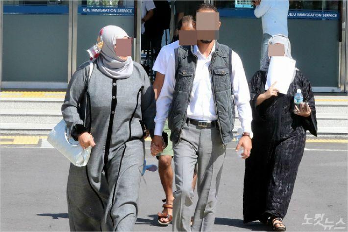 14일 오전 법무부 제주출입국·외국인청은 제주 예멘 난민 신청자 23명의 인도적 체류 허가 결정을 발표했다. 인도적 체류 허가를 받은 예멘인들이 밝은 표정으로 청사를 나서고 있다. <사진=고상현 기자>