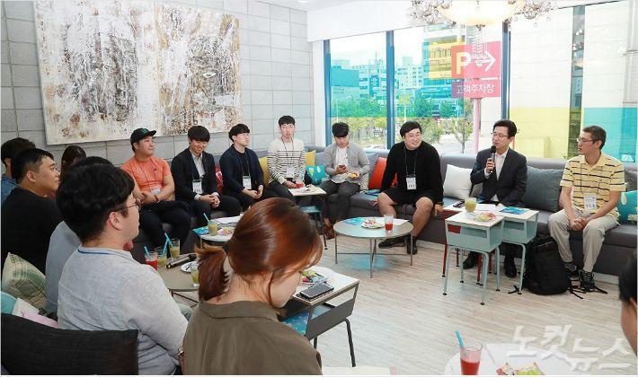 허태정 대전시장이 14일 청춘너나들이에서 청년들과 대화하고 있다. (사진=대전시 제공)