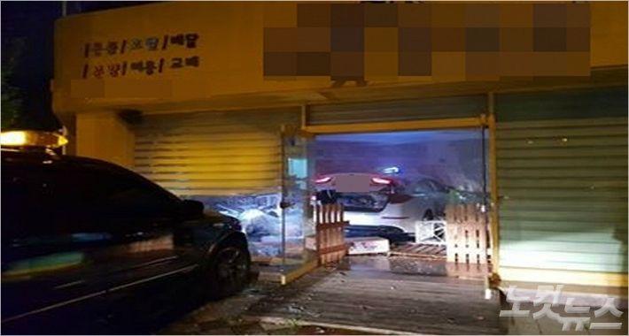 16일 오전 대전의 한 교차로에서 택시가 승용차와 출동 후 애견샵으로 돌진해 3명이 다쳤다. (사진=독자 제공)