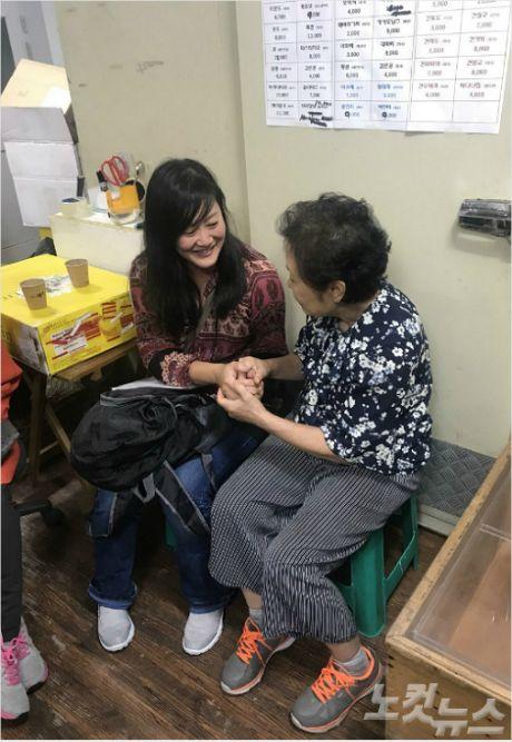 43년 전 영국으로 입양됐던 여성이 부산 경찰의 도움으로 입양 전에 자신을 돌봐줬던 할머니를 만나 주위를 훈훈하게 하고 있다. (부산 CBS)