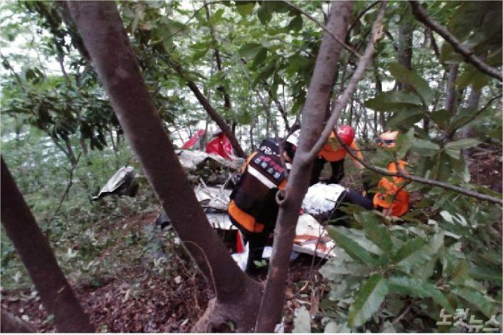 경비행기 잔해를 수습중인 구조대원. (사진=전북소방본부)