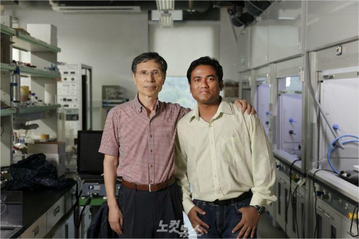 김광수 특훈교수(국가과학자와)와 아타누 자나 박사는 물속에서도 안정한 페로브스카이트 물질을 만들었다.(사진 = UNIST 제공)