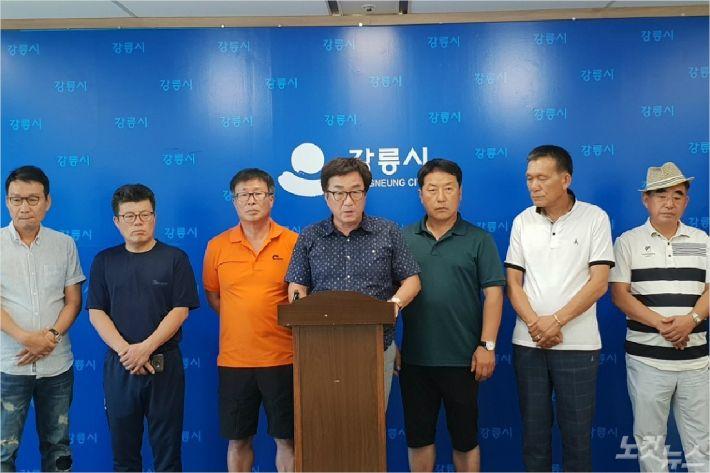 강원FC 조태룡 대표를 횡령 등의 혐의로 경찰에 고발한 강원도 18개 시군 축구협회장단.
