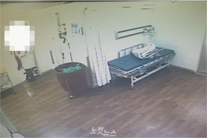 간호조무사의 수술 집도 모습을 복도에서 보고 있는 의사.(사진 = 울산지방경찰청 제공)
