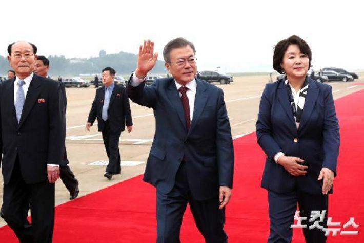 문 대통령-김정은, 백두산 '천지' 방문…'산보 시작'
