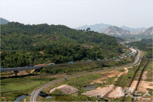 지금은 중단된 금강산관광 차량행렬. (사진=고성군의회 제공)