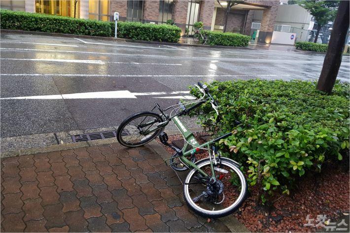 30일 오후 일본 효고현 고베시에 태풍 24호 짜미의 영향으로 강풍이 불고 비가 내리는 가운데 자전거가 바람에 넘어져 있다.(사진= CBS)