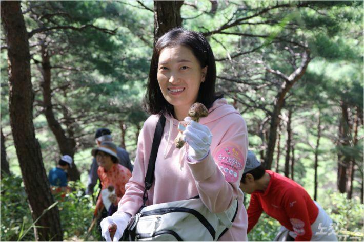 송이 보물찾기 프로그램에 참가한 방문객들.(사진제공-양양군청)