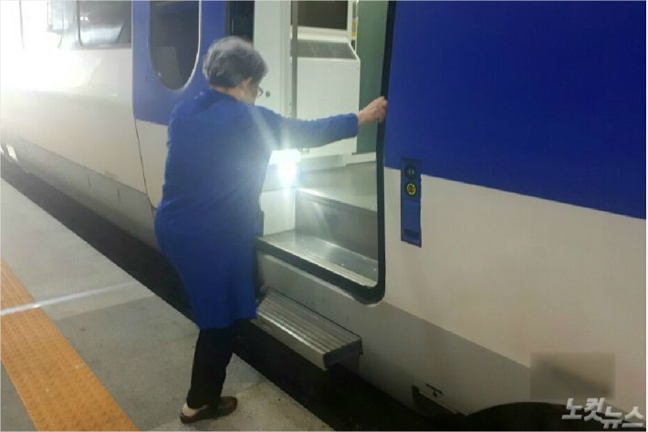 몸이 불편한 한 노인이 KTX 열차 문을 잡고 안으로 들어가고 있다. (사진=유선희 기자)