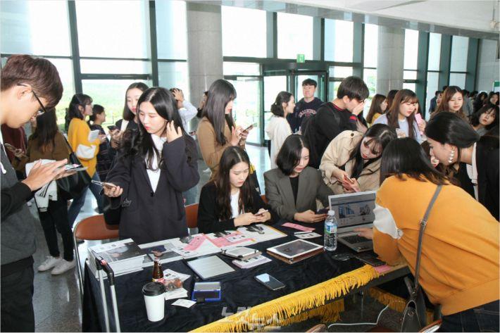울산과학대학교(총장 허정석)는 2일 과학대 동부캠퍼스에서 2018 도서관 전자정보박람회를 열었다.(사진 = 울산과학대 제공)