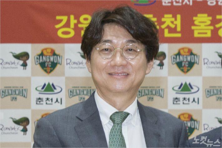 업무상 횡령, 직권남용 등 비위 의혹에 휩싸인 강원FC 조태룡 대표.