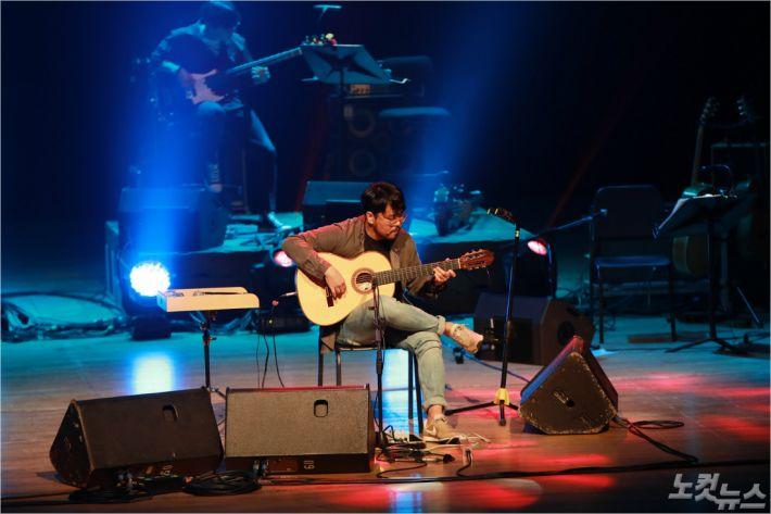집시 기타리스트 박주원이 열정적인 연주를 선보이고 있다. (사진=이상록 기자)