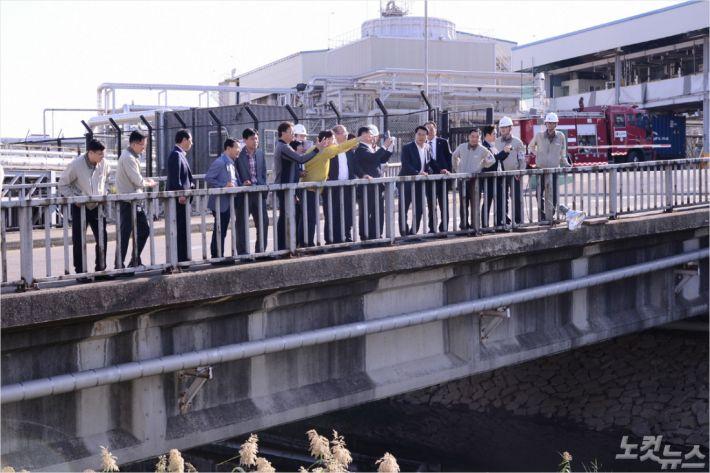 여수시의회가 라텍스 분진 누출사고 현장을 찾았다(사진=여수시의회)