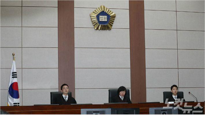 """법원 """"다스 실소유주는 MB""""…징역 15년, 벌금 130억 선고"""