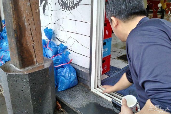 상습 침수피해지역 주민 김모(42)씨가 미리 준비한 모래주머니를 보여주고 있다. <사진=고상현 기자>