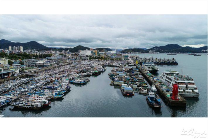 태풍 북상에 따라 여수 국동항에 피항한 어선과 여객선(사진=여수시)