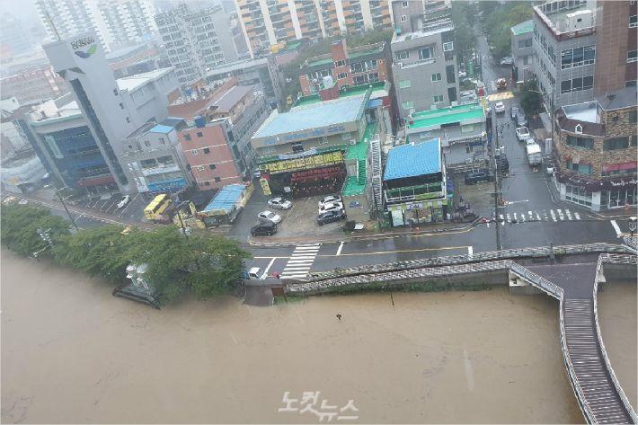 6일 오전 울산 남구 신정동 여천천 주변. 인근 도로까지 물이 차 올랐다.(사진 = 반웅규 기자)
