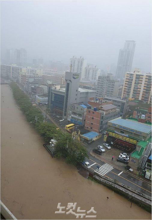 6일 오전 울산 남구 여천천 주변. 물이 인근 도로까지 차 올랐다.(사진 = 반웅규 기자)