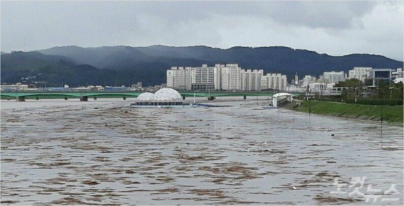 태풍으로 많은 비가 내리면서 포항 형산강 수위가 크게 올라가 있다. (사진=독자 제공)