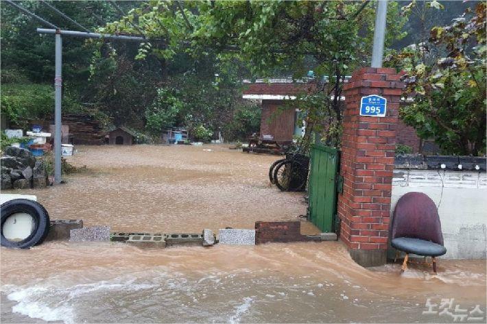 25호 태풍 '콩레이' 영향으로 주택 침수가 발생하는 등 각종 피해가 속출했다. (사진=강릉시청 제공)