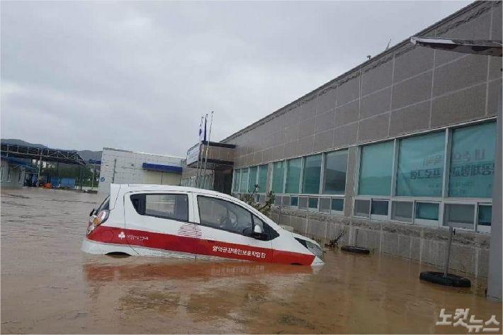 태풍 콩레이로 물이 불어나면서 차량이 물에 반쯤 잠겨 있다(사진=독자제공)