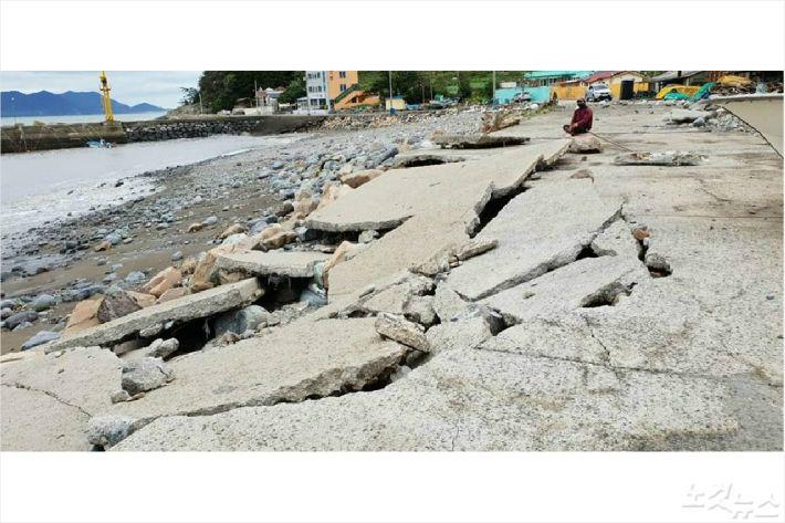 태풍에 파손된 여수 신덕동 해안(사진=주종섭 여수시의회 경제건설위원장))