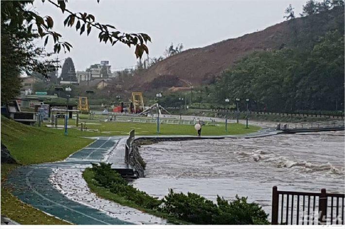 태풍으로 광양읍 서천 물이 많이 불어나 있다(사진=독자제공)