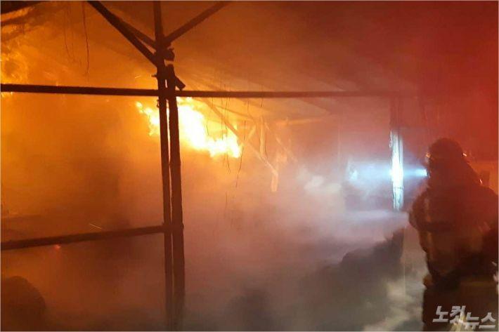7일 밤 10시 52분쯤 강원 강릉시 유천동의 한 비닐하우스에서 화재가 발생해 농기구 등이 불에 탔다. (사진=강릉소방서 제공)