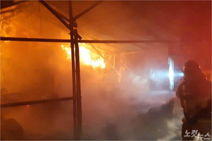 지난 7일 밤 10시 52분쯤 강원 강릉시 유천동의 한 비닐하우스에서 화재가 발생해 농기구 2개와 볏짚 등이 불에 탔다. (사진=강릉소방서 제공)