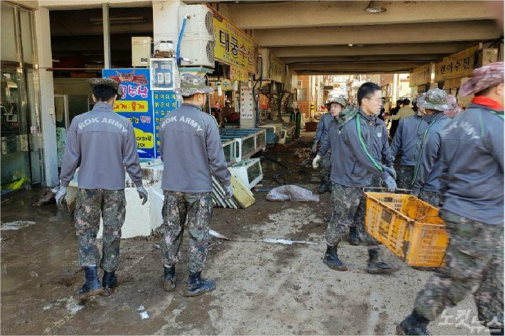 물이 빠진 영덕 강구시장에 군인들이 동원돼 복구작업을 벌이고 있다.(사진=영덕군 제공)