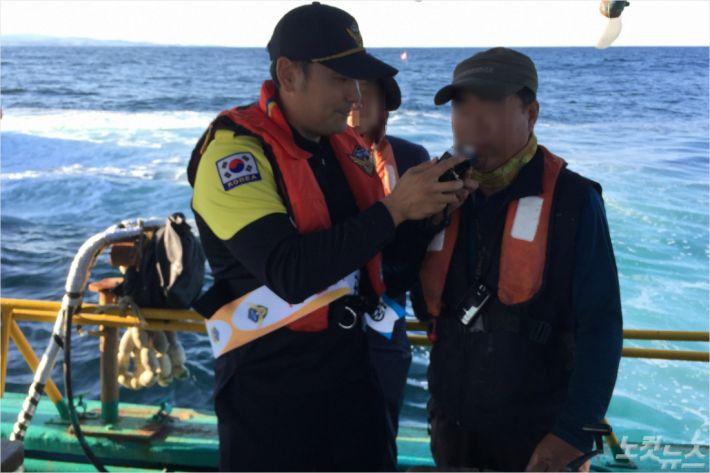 낚시어선 선장을 상대로 음주측정을 실시하고 있는 모습. (사진=속초해양경찰서 제공)