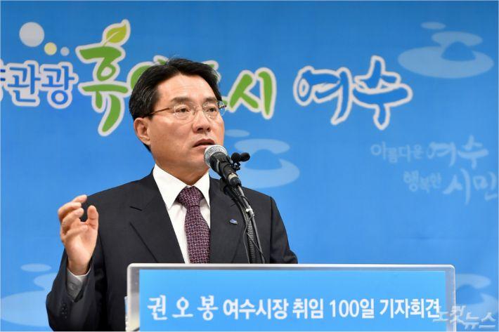 취임 100일 기자회견에서 말하는 권오봉 여수시장(사진=여수시)