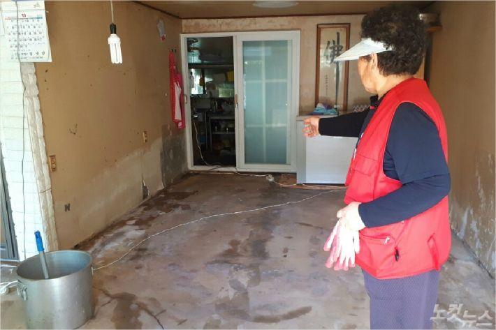 지난 6일 당시 순식간에 집에 물이 들어찬 상황을 설명하고 있는 윤모(76) 할머니. (사진=유선희 기자)