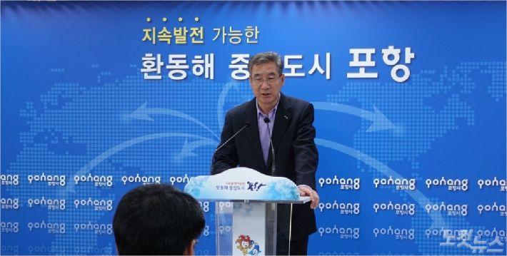 포항시 김진근 농업기술센터소장이 농촌일손 지원을 위한 브리핑을 갖고 있다(사진=포항시 제공)