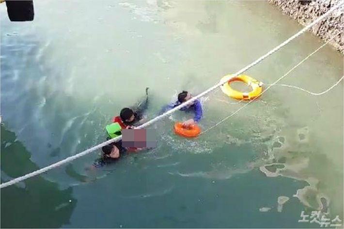 바다에 빠진 9세 여아를 구조하고 있다(사진=여수해경)