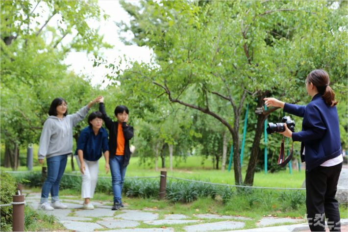 경일대 사진뷰티전공학생들이 가족사진촬영재능기부를 하고 있다